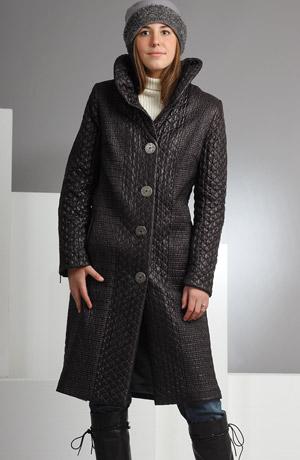 Dlouhý kabát z luxusního prošívaného materiálu.