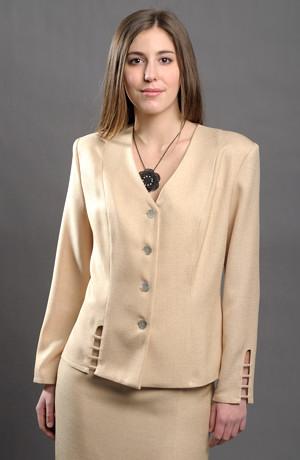 Elegantní kostýmek s průstřihy na kabátku i sukni.