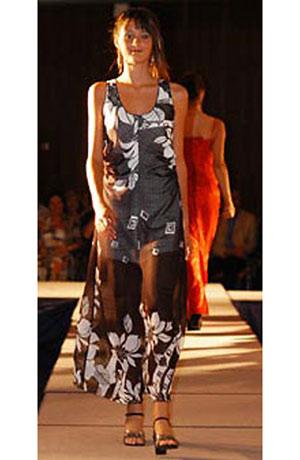 Letní společenské šifónové minišaty s řasením v bocích mají krátkou spodničku a vysoký rozparek na předním díle.Tím je model odlehčen a spodní bordura již zcela prosvítá.Proto i v horkém létě zůstavají tyto šaty vzdušné.