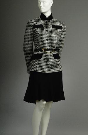 Dámský kabátek se stojáčkem doplněný černými patkami.