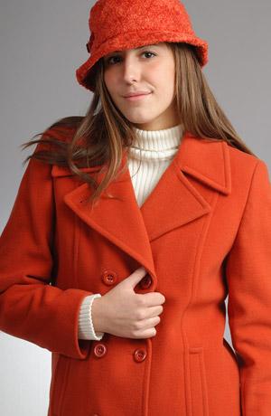 podzimní kabátek s dvouřadovým zapínáním a velkým límcem.