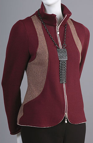 Pletený kabátek z jemné pleteniny kombinovaný s tkaninou se vzorem drobného stromečku.