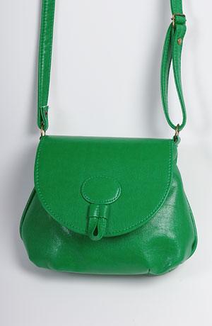 Módní oděvní doplňky - dámská kabelka s páskem v barvě zelené.