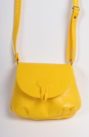 Módní oděvní doplňky - dámská kabelka s páskem v barvě žluté.