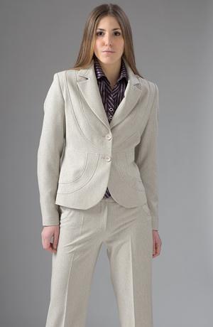 Dámský kalhotový kostýmek ve světle šedé barvě.