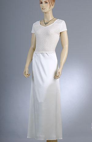 Svatební šaty s mírně rozšířenou saténovou sukní.