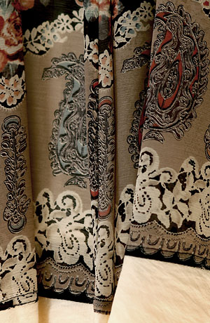 Kabátek je oblemovaný materiálem použitým na desetidílné šifonové sukni a na topu.