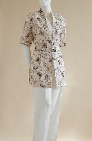 Kalhotový trojkomplet je z módního materiálu.