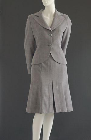 Kostýmek v jemném káru se sukní se sklady.