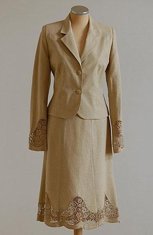 Lněný kostýmek zdobený hrubou krajkou v barvě konopí