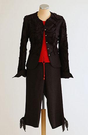 Lněný černý komplet se sakem s aplikací a kalhotami pod kolena zdobené vázáním.