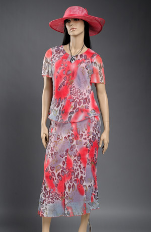 Kostým s šifonovou dílovou sukní se zvířecím vzorem.
