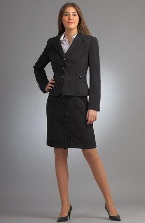 Trojkomplet se skládá z šatové sukně s bílou košilí a sakem.