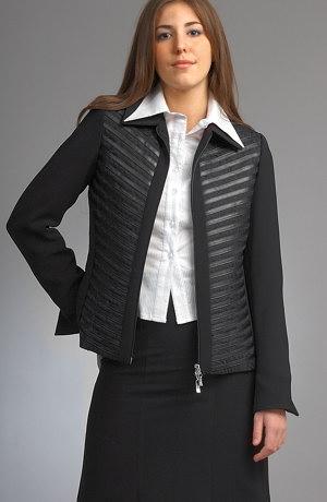 Kabátek s koženými proužky se hodí i jako bundička.