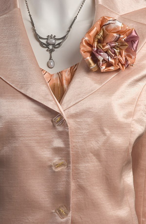 Zlatohnědý šatový kostýmek s moderním sáčkem