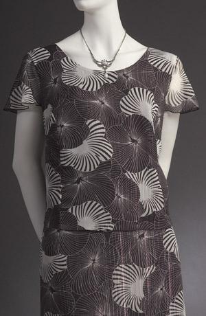 Černobílý šatový kostýmek s moderním sáčkem