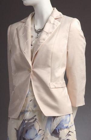 Lehký šatový kostým s moderním sáčkem