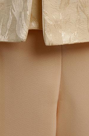 Dámský kalhotový kostymek vhodný na svatbu.