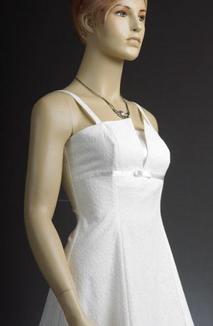 Krátké bílé šaty s raminkya průstřihem