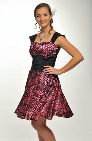 Šaty s vysokým pasem a bohatou sukní