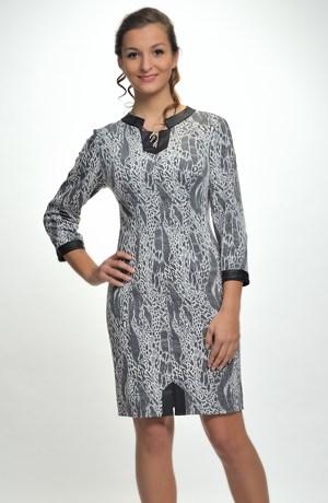 Pletené šaty do práce zdobené našitou koženkou