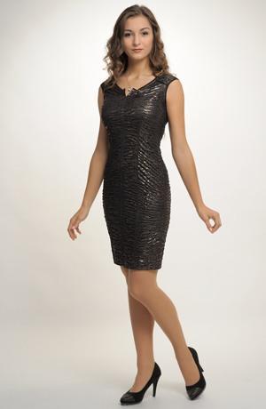 Koktejlové sexy šaty s řaseným plastickým měděným materiálem