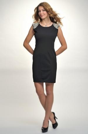 Dívčí šaty s ozdobou z korálků na ramenou