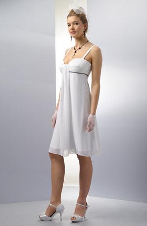 Elegantní empírové svatební šaty s řasením na prsou.