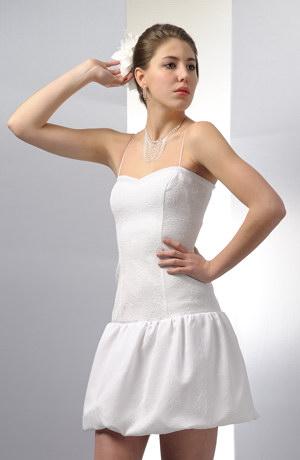 Krátké balónové šaty vhodné i pro nevěstu na svatbu.