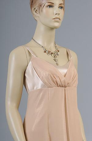 Elegantní dlouhé šaty se zajímavě řaseným sedlem. Kombinace šifonu se zlatou metalízou a lesklého hladkého saténu v jednom barevném tónu vytváří zajímavý efekt,krerý podtrhuje jednoduchost linie šatů.