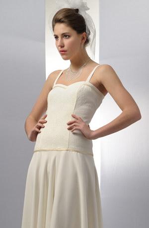Elastické krátké korzetové šaty s kolovou sukýnkou vhodné na svatbu.