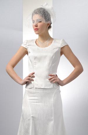 Bílý kostýmek vhodný pro nevěsty