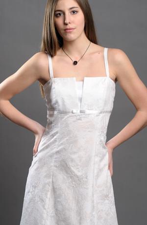 Bílé šaty na ramínka vhodné i na letní svatební párty.