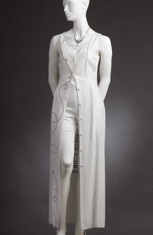 Dlouhá tunika se nosí s módníma šortkama nebo jako letní šaty