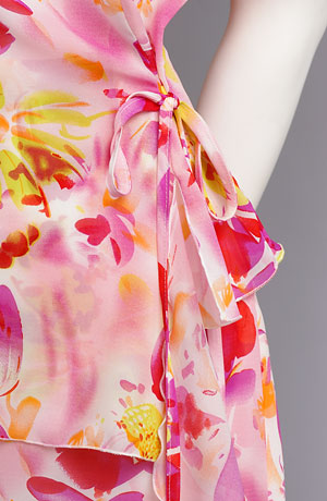 Letní šifonový komplet s květy v zářivých barvách.