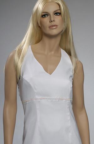 Svatební bílé pouzdrové minišaty s vázáním za krk lze doplnit jednoduchým kabátkem