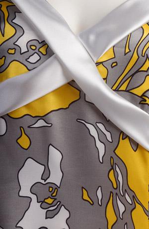 Letní společenské šaty se sedýlkem do kříže.