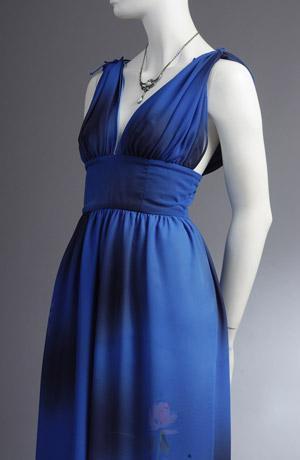 Modré společenské šaty pripomínající antickým stylu.