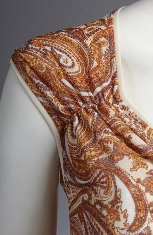 Hedvábné šaty s kašmírovým vzorem a bohatým řasením.