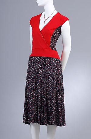 Letní šaty do sedla s nabíranou kytičkovanou sukní.