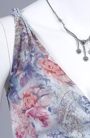 Letní šaty do sedla s asymetrickou sukní v jemném florálním vzoru.