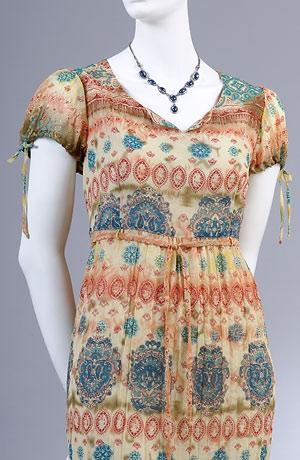 Letní šaty v hippies stylu do sedla s nabíranými rukávky.