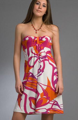 Letní šaty nad kolena s velkým barevným vzorem.