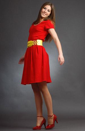 Krátké červené šaty s rukávky a páskem
