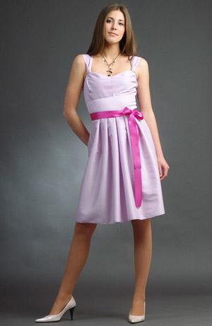 Krátké fialové šaty s rozšířenými nabíranými raminky.