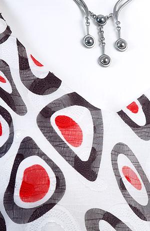 Letní šaty do sedla s kontrastním pruhem pod prsy