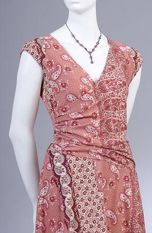 Letní šaty s živůtkem řaseným na bok kašmírovém vzoru šátků