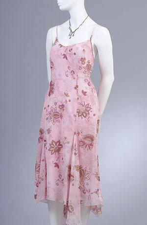 Letní šaty na ramínka s asymetrickou vsadkou.