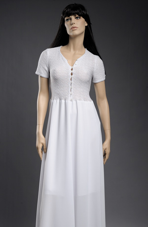 Sleva bílých šatů s krajkovou pleteninou