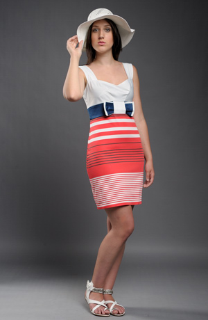 Dívčí šaty s mašlí do sedýlka z kontrastních pruhů.